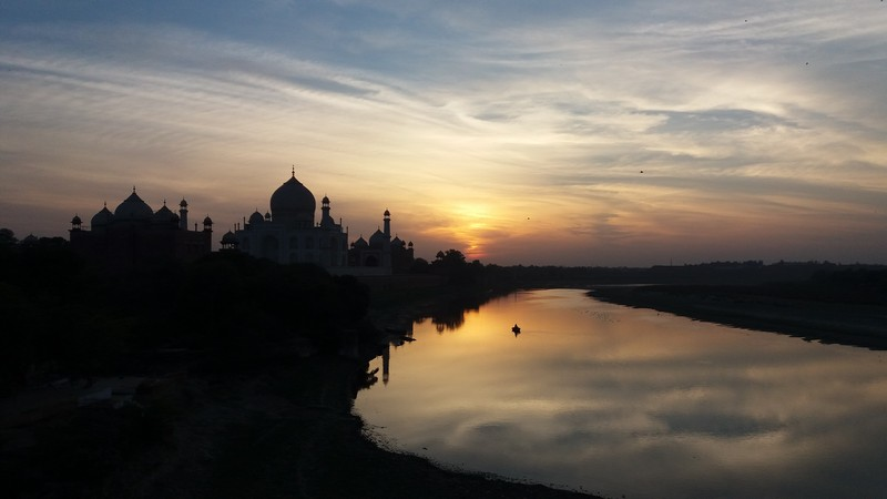 I reach Agra by train after another stressful episode before stepping in that train. After almost beeing a victim of a scam, to end the day seeing Taj Mahal