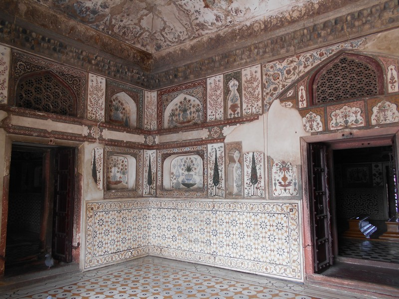 One of the days during my stay in Agra I decided to visit Baby Taj or Itimad ud Daulah Tomb. A very special place to watch Indian lifestyle.