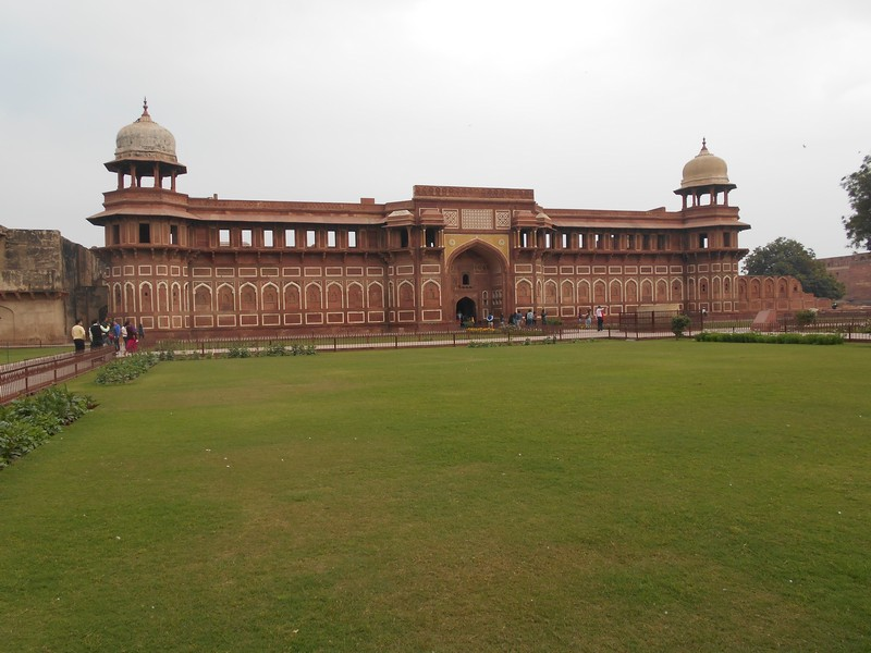Most part of Agra's visitors only visit Taj Mahal, but as I would stay in the city for 5 days, I had time to visit more stuff. I decided to visit Agra Fort.
