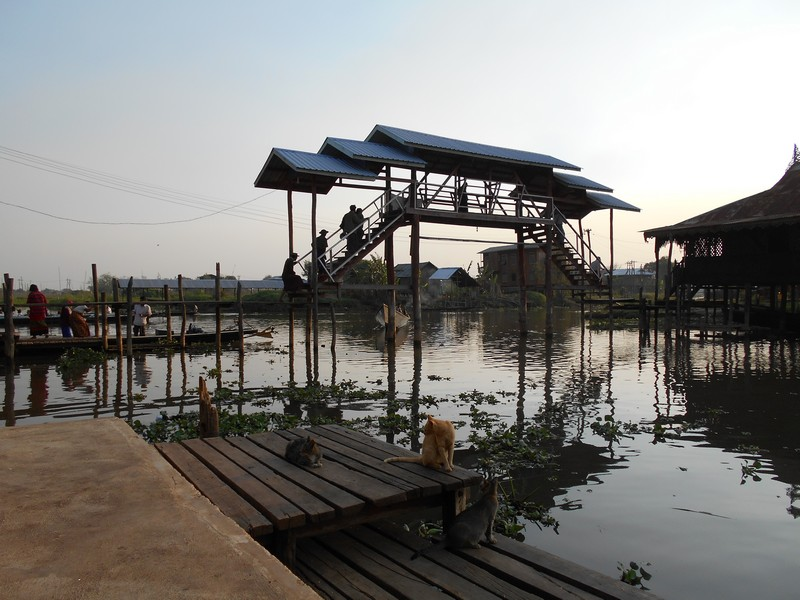 During this Inle lake Myanmar boat tour, we still have visited a lot more than mentioned before. After having lunch we went to visit Indein Village.