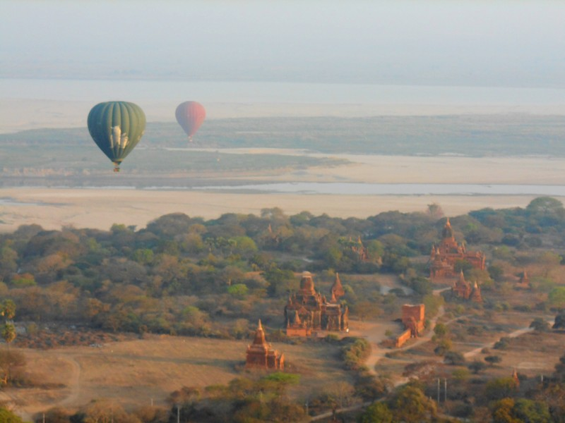 Before going on this trip, I had already decided that I would ride this hot air balloon in Bagan.On my search about it, the reviews were too good.
