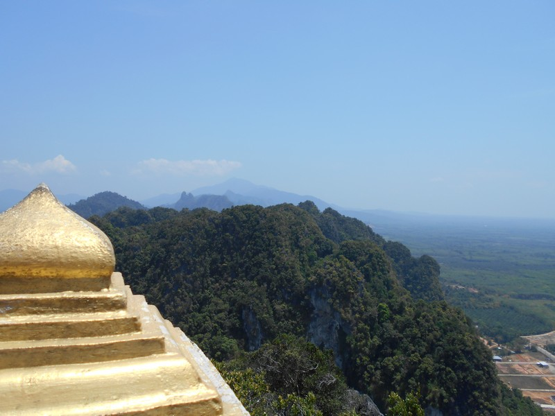With so many things to do in Krabi, I decided to go with 2 friends to Tiger temple. The most interesting part of this place is the climb of 1237 steps.