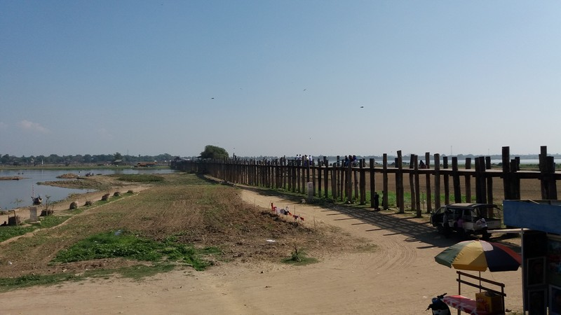 I decided to go from Ostello Bello to U-Bein bridge by bicycle besides hearing that is very far. From the city center to U-bein it is a 13km distance.