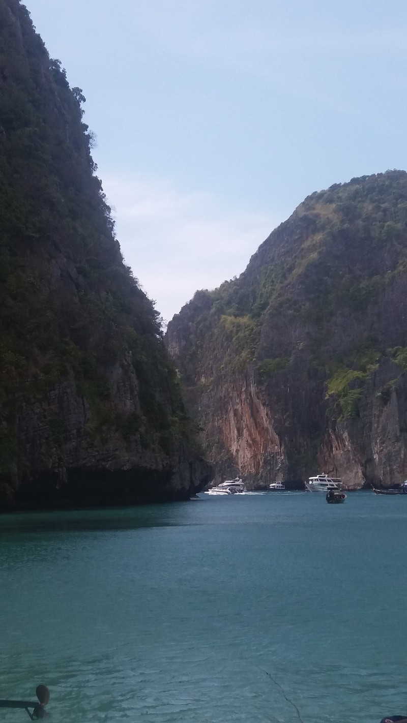 During the stay in Phi Phi islands, is mandatory a visit to Ko Phi Phi Lee, the place where the most famous beach in Thailand is based: Maya Bay.