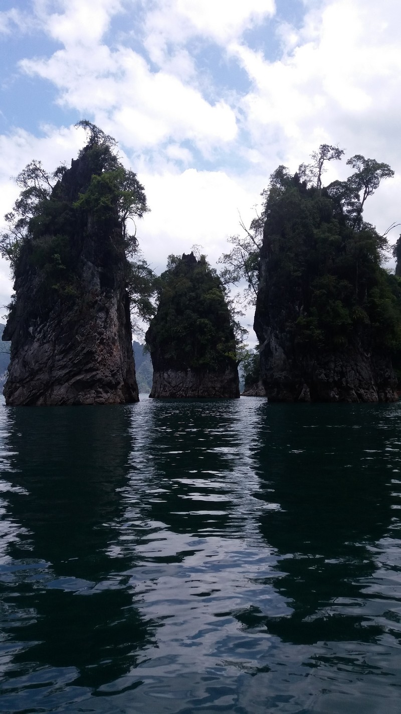 Cheow Lan Lake in Khao Sok is a place I didn't know about a few days ago, but I'm so happy someone told me about it. This is the most beautiful place ever.