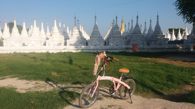 On this day, I went with my Ympek to Mandalay Hill. It's about a 35 min bicycle ride from Ostello Bello, and the street is pretty easy.