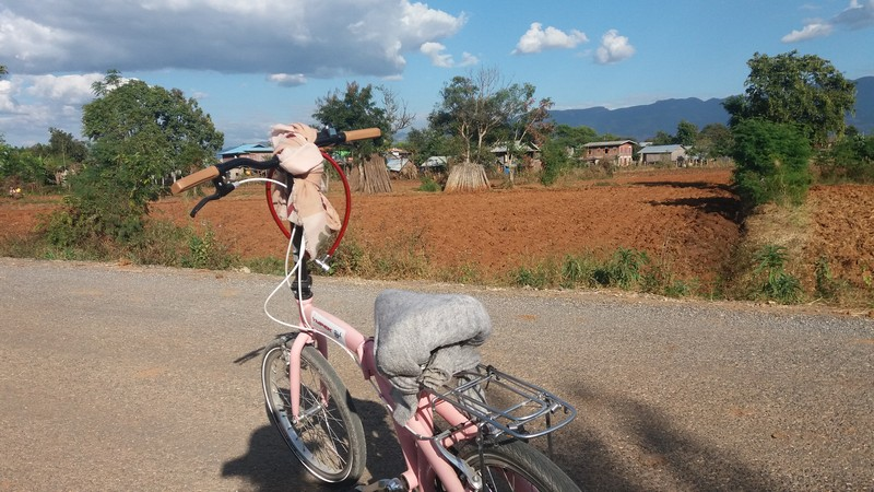 During my last day at Nyaung Shwe, I decided cycling whatever I feel like, so I ended up among the villages where I saw absolutely no tourists.