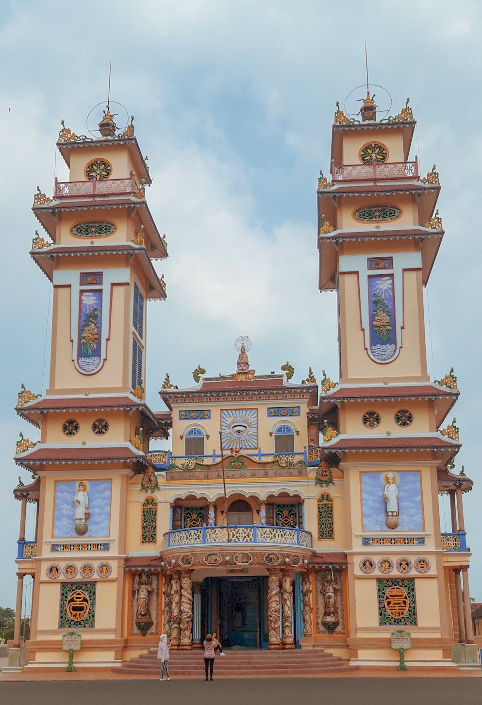 As I am staying in Ho Chi Minh for a while, I decided to explore the surroundings of the city. I visited the Cao Dai temple Ho Chi Minh, about 100 km away.