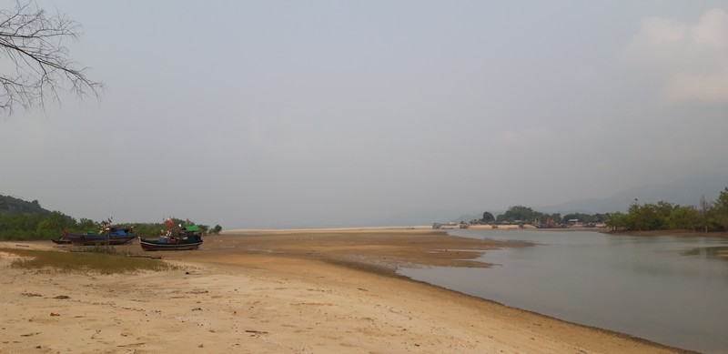 The easiest, cheapest, more convenient way for a solo traveler to explore Dawei beaches is by motorbike. For me, it is the scariest one, but I'll give it a try.