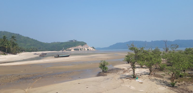 Going all the way from Dawei city to the southernmost Dawei beach takes about 3h, the longest motorbike ride I have ever done in my life