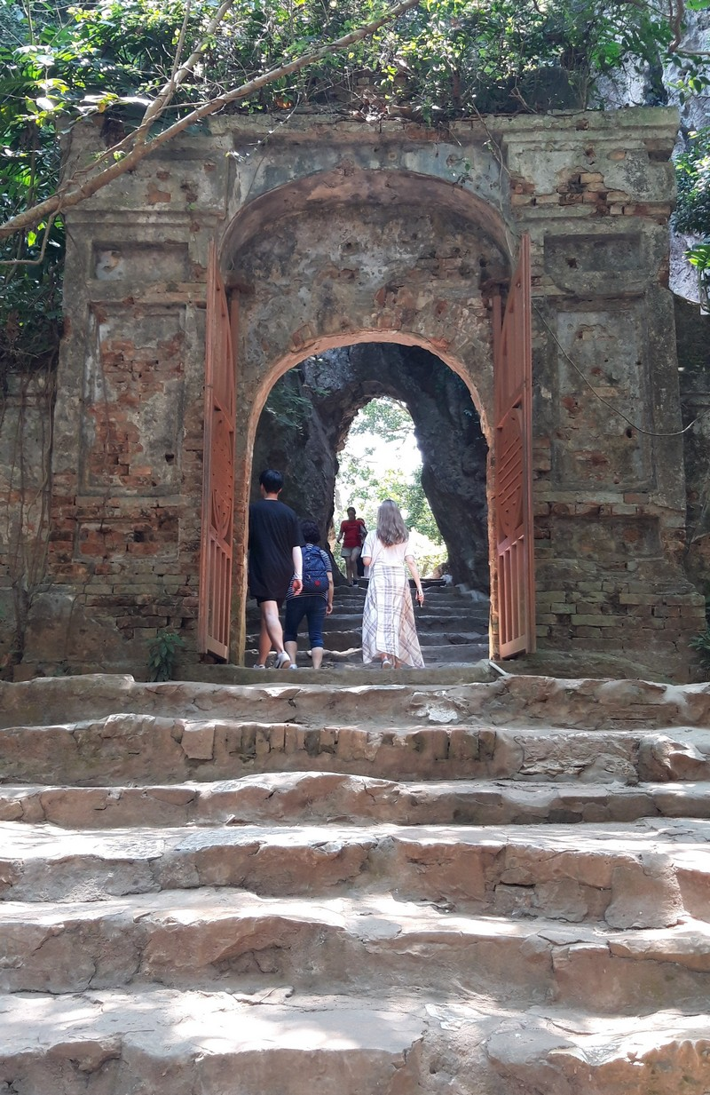 Because Hoi An doesn't have that much to explore within the city, we decided to pay a visit to the marble mountains. I had no idea about this place before going to Hoi An