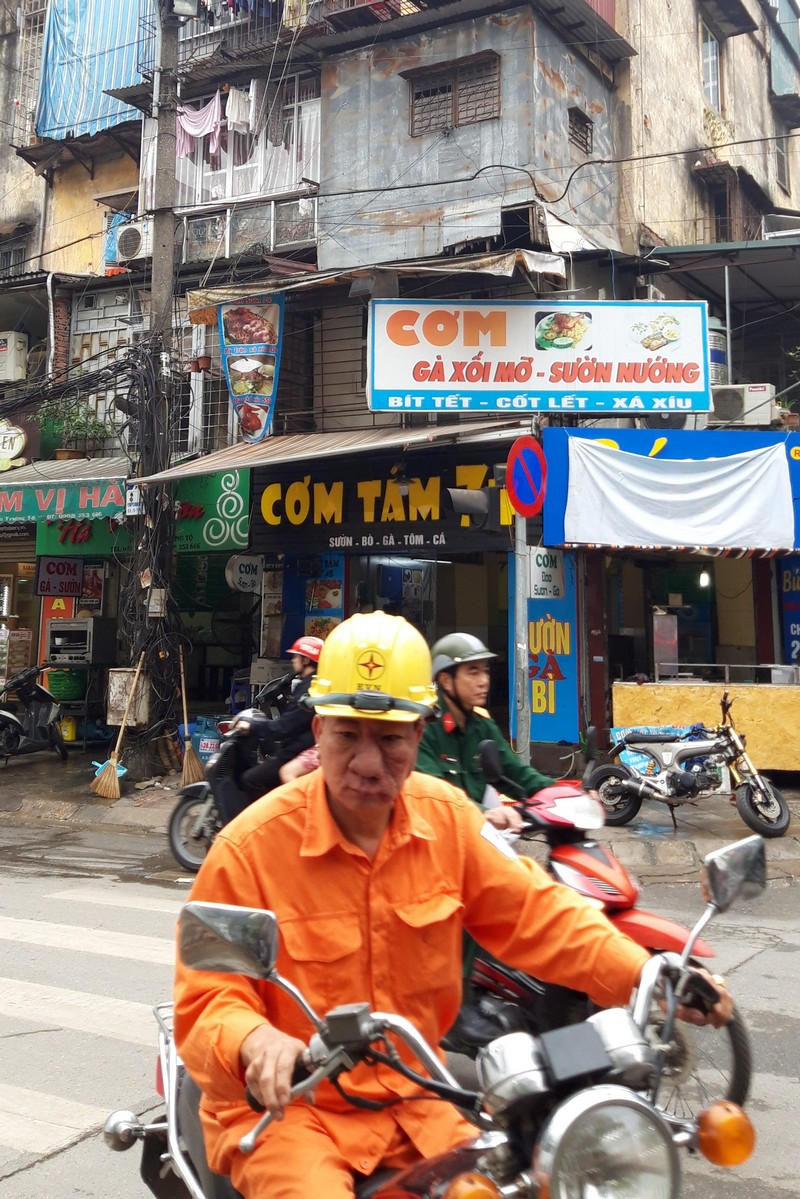 I arrive in Hanoi at the airport Noi Bai and the cheapest way to go to the city center is by bus. This way I'm sure I will not be a victim of a scam in Vietnam.