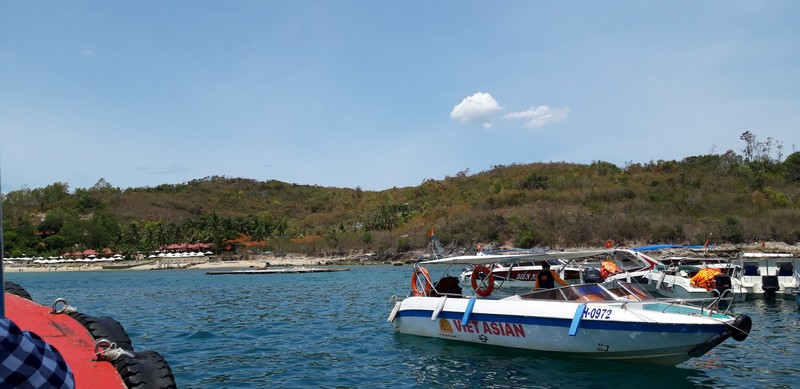 Visiting several islands on my own wouldn't be possible anyway, so as I have a spare day, I did the 4 islands Nha Trang island tour, with Funky Monkey.